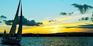 Den guld- solnedgången Silhoette seglar Royaltyfria Bilder