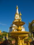 Den guld- springbrunnen med himmelblått Royaltyfri Foto