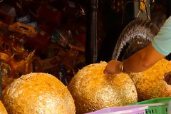 Den guld- stängningen på statyn är en annan buddistisk välgörenhet royaltyfri fotografi
