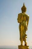Den guld- stående buddhaen Royaltyfri Foto