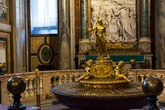 Den guld- statyn av helgonet i basilikan av Santa Maria Maggio royaltyfria foton