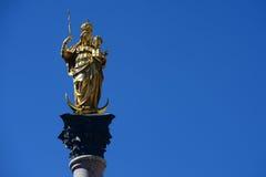 Den guld- statyn av Mary (Mariensaule), en Marian kolonn på Royaltyfri Foto