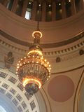 Den guld- taklampan arkivbilder