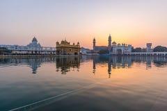 Den guld- templet på Amritsar, Punjab, Indien, den mest sakrala symbolen och dyrkanstället av den sikh- religionen Solnedgångljus Royaltyfria Bilder