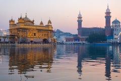 Den guld- templet på Amritsar, Punjab, Indien, den mest sakrala symbolen och dyrkanstället av den sikh- religionen Solnedgångljus Royaltyfri Bild