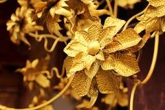 Den guld- thailändska blom- modellen dekorerade på den thailändska templet Royaltyfri Foto