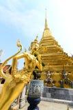 Den guld- thailändska felika fågeln på halv människa på Wat Phra Keaw Arkivbilder