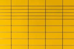 Den guling färgade stolpen boxas bakgrund Royaltyfri Foto