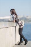 Den gulliga affärskvinnan står vid betongväggen Royaltyfri Bild