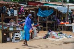 Den gulliga afrikanen såg tillbaka och att gå på marknaden (Bomassa, Kongoflodenrepubliken) Royaltyfria Bilder