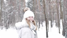 Den gulliga aktiva kvinnan kastar kastar snöboll vinter för blommasnowtid arkivfilmer