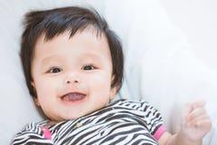 Den gulliga asiatet behandla som ett barn att le för flicka Royaltyfri Fotografi