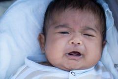 Den gulliga asiatet behandla som ett barn gråt royaltyfria foton