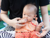Den gulliga asiatet behandla som ett barn tycker om att testa moroten Royaltyfria Foton