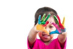 Den gulliga asiatiska barnflickan med målade händer gör hjärta att forma Arkivbilder
