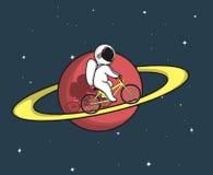 Den gulliga astronautet rider på cykeln på Saturn Arkivfoton