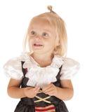 Den gulliga blonda flickan i enkelt piratkopierar att le för dräkt Arkivfoton