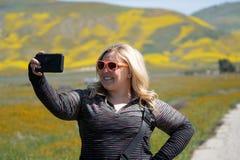 Den gulliga blonda kvinnan som bär solglasögon, tar selfies på Carrizo den vanliga nationella monumentet under den Kalifornien su royaltyfria foton