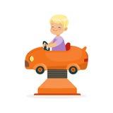 Den gulliga blonda pysridningen på en orange bil, unge har en gyckel i illustration för nöjesfälttecknad filmvektor stock illustrationer