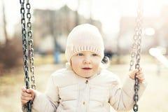 Den gulliga blondinen behandla som ett barn att svänga för flicka fotografering för bildbyråer