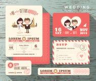 Den gulliga brudgummen och bruden kopplar ihop mallen för den fastställda designen för bröllopinbjudan Royaltyfri Bild