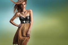 Den gulliga brunetten i ett mode poserar royaltyfria foton