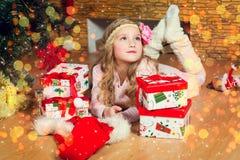 Den gulliga eleganta flickan firar jul och nytt år med gåvor Royaltyfri Foto