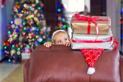 Den gulliga eleganta flickan firar jul och nytt år med gåvor Arkivbilder
