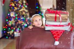 Den gulliga eleganta flickan firar jul och nytt år med gåvor Royaltyfria Foton
