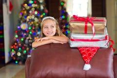 Den gulliga eleganta flickan firar jul och nytt år med gåvor Royaltyfri Bild