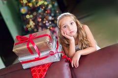 Den gulliga eleganta flickan firar jul och nytt år med gåvor Royaltyfri Fotografi