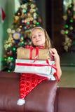 Den gulliga eleganta flickan firar jul och nytt år med gåvor Royaltyfria Bilder