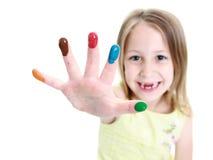 den gulliga fingerflickan hand henne målarfärger som visar barn Royaltyfri Foto