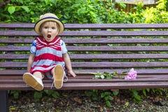 Den gulliga flickan borras, medan vänta Arkivfoto