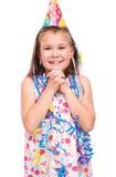 Den gulliga flickan firar hennes födelsedag arkivfoto