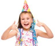 Den gulliga flickan firar hennes födelsedag arkivbild