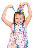Den gulliga flickan firar hennes födelsedag arkivfoton