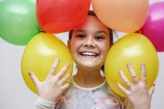 Den gulliga flickan firar hennes födelsedag arkivbilder