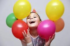 Den gulliga flickan firar hennes födelsedag royaltyfri foto