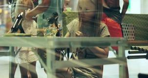 Den gulliga flickan gör härliga hantverk med hennes händer arkivfilmer