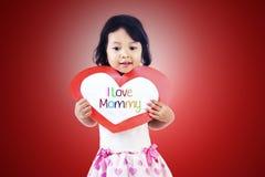 Den gulliga flickan ger förälskelsekortet till momen Royaltyfria Foton