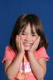 den gulliga flickan ger leendebarn arkivbilder