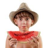 Den gulliga flickan i hatt äter den mogna vattenmelon arkivfoton