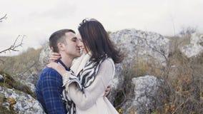 Den gulliga flickan kommer till hennes man, omfamnar och kysser honom 4K stock video