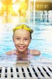 Den gulliga flickan ler i simbassäng Royaltyfria Bilder