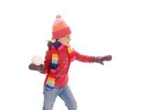 den gulliga flickan little kastar snöboll vinter fotografering för bildbyråer