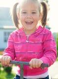den gulliga flickan little såg för att se sväng Arkivfoto
