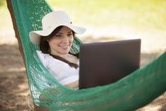 Den gulliga flickan älskar telecommuting Royaltyfria Bilder
