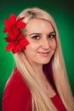 Den gulliga flickan med fejkar blommor Arkivfoto