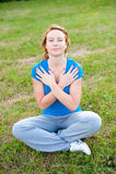 den gulliga flickan mediterar utomhus- barn Arkivbilder